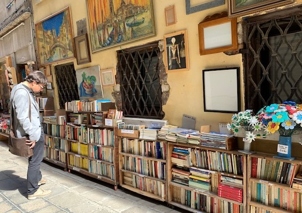 Bookshopping_outside_venice_sanpalo